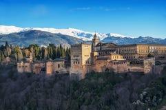 Antennen beskådar av den Alhambra slotten i Granada Arkivfoton