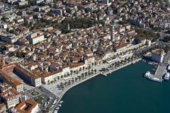 Dela townen centrerar, antennen beskådar från sjösidan, Kroatien Royaltyfria Foton