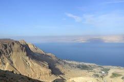 Det döda havet seglar utmed kusten. royaltyfri bild