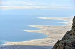 Det döda havet seglar utmed kusten. arkivbilder