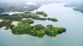 Antennen beskådar av lakes och berg royaltyfri foto