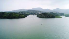 Antennen beskådar av lakes och berg arkivfoto