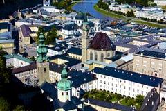 Antennen beskådar av Salzburg, Österrike den gammala townen royaltyfri foto
