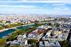 Antennen beskådar från bästa av Eiffel står hög. Arkivfoto