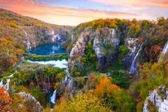 antennen en andra dragningsfärgflöden har för frodig nationell naturlig vattenfall för ett parkplitvice för laken populära omgivn Arkivfoto