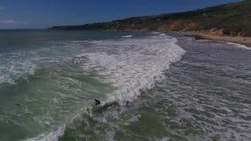 antennen 4k av skummande vit vinkar i det blåa havet, molnig dag på stenstrandseascape lager videofilmer