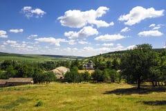 Antennen landskap beskådar av en landsbygd under blåttskyen. Moldavien Royaltyfri Fotografi