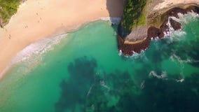 Antennen på att bedöva den tropiska paradisstranden och klippan i den Nusa Penida ön av Bali Indonesien i fantastiska härliga Asi lager videofilmer