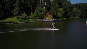 Antennen sköt av en cableway i en sjö med en wakeboarder stock video
