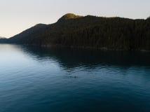 Antennen sköt av kajaken på sjön och solnedgång royaltyfri foto