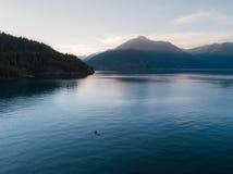 Antennen sköt av kajaken på sjön och solnedgång royaltyfri fotografi