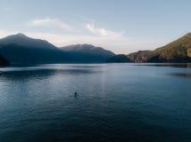 Antennen sköt av kajaken på sjön och solnedgång arkivfoto