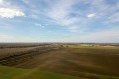 Antennenfelder im Vorfrühling Luftschuß von Feldern Stockfotografie