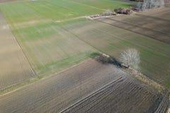 Antennenfelder im Vorfrühling Luftschuß von Feldern Stockbilder