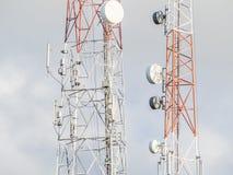 Antennenmast der Kommunikation und des Himmelhintergrundes Stockfoto