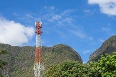 Antennenmast mit Hintergrund des blauen Himmels und des Berges Stockfotos