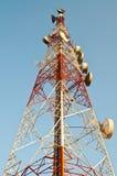 Antennenmast und blauer Himmel Stockfotografie