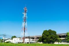 Antenner för telekommunikationmasttelevision med blå himmel Royaltyfri Fotografi