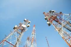 Antenner för telekommunikationmastTV Fotografering för Bildbyråer