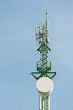 Antenner för telekommunikationmastTV med blå himmel Arkivbilder