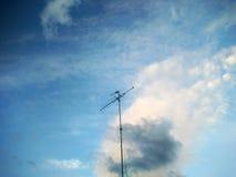 Antenner och blå himmel Arkivfoto