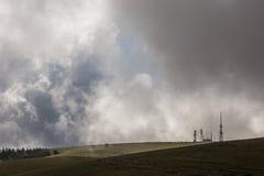 Antenner och moln Arkivbild