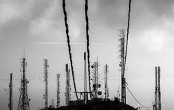 Antenner på en bergöverkant royaltyfria bilder