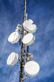 Antenner på mobilt nätverk står högt på en blå himmel Globalt system för mobila kommunikationer Fotografering för Bildbyråer