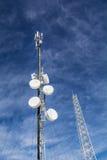 Antenner på mobilt nätverk står högt på en blå himmel Globalt system för mobila kommunikationer Royaltyfri Bild