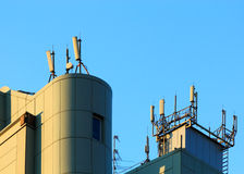 Antenner på taket Arkivbilder