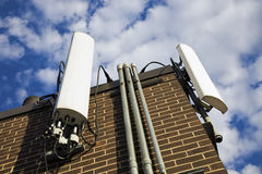 antenner som bygger installerat cell- Arkivbild