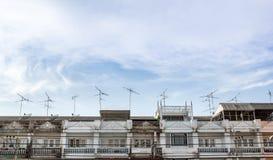 Antennes à la maison de TV montées sur un toit Image libre de droits