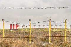 Antennes achter prikkeldraad Stock Foto