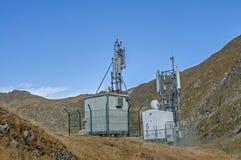Antennes cellulaires, de micro-onde et de télécom de communications dans le dessus des montagnes Photos stock