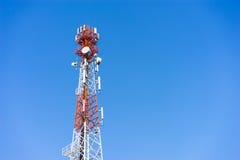 Antennes (cellulaires) mobiles de tour avec le fond de ciel bleu Photos stock