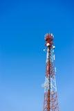 Antennes (cellulaires) mobiles de tour avec le fond de ciel bleu Photographie stock