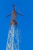Antennes d'émetteur de TV sur le ciel bleu Images stock