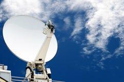Antennes d'antenne parabolique avec le ciel bleu Photographie stock libre de droits