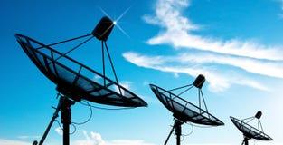 Antennes d'antenne parabolique sous le ciel image stock