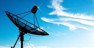 Antennes d'antenne parabolique sous le ciel photographie stock libre de droits