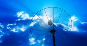 Antennes d'antenne parabolique sous le ciel de tache floue image stock