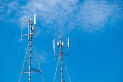 Antennes de cellulaire et systèmes de communication avec le ciel bleu Photographie stock libre de droits