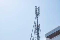 Antennes de cellulaire et systèmes de communication avec le ciel bleu Photos libres de droits