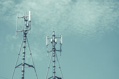Antennes de cellulaire et systèmes de communication avec le ciel bleu Photographie stock