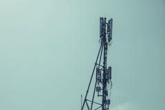 Antennes de cellulaire et systèmes de communication avec le ciel bleu Images libres de droits