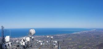 Antennes de communications sur le dessus du bâti Larun avec la mer et la côte française Photo stock