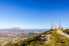Antennes de télécommunication dans la montagne de Cumbre del Sol images libres de droits