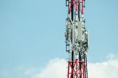 Antennes de télécommunication extérieures sur la construction grande de poteau en métal Photos libres de droits