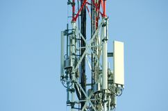 Antennes de télécommunication extérieures sur la fin grande de construction de poteau en métal rouge et blanc  Photo stock