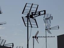 Antennes de télévision contre un ciel bleu Photographie stock libre de droits